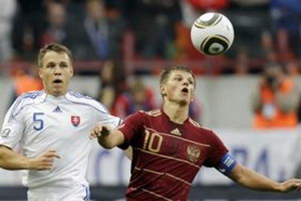 Andrej Aršavin (vpravo)proti Radoslavovi Zabavníkovi.