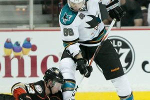 Jason Blake (na ľade) pri nešťastnom incidente s hokejistom San Jose Brentom Burnsom.