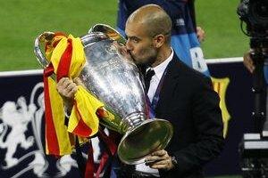 Pep Guardiola s víťaznou trofejou Ligy majstrov.