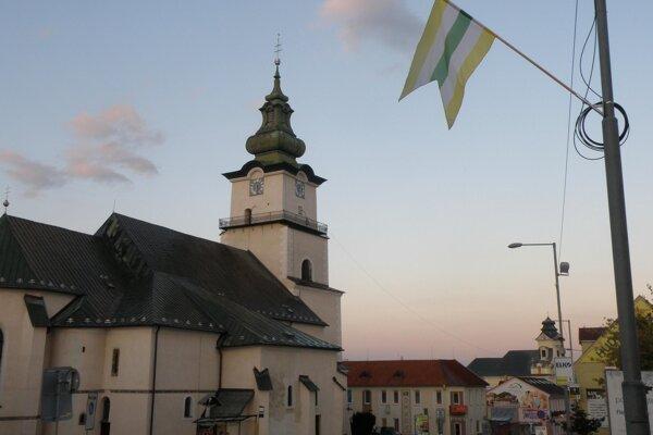 Vlajky predznamenávajú, že v Prievidzi bude tento týždeň Banícky jarmok.