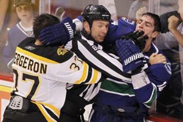Incident, pri ktorom Burrows (v modrom) pohrýzol Bergerona.