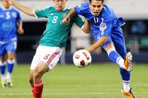 Israel Castro (vľavo) z Mexika v súboji s Rodolfom Zelayom.