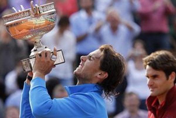 Rafael Nadal s víťaznou trofejou v Paríži.
