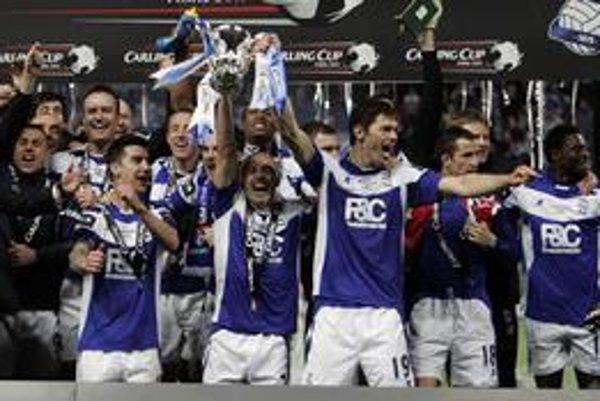 Futbalisti Birminghamu s trofejou z Carling Cupu.