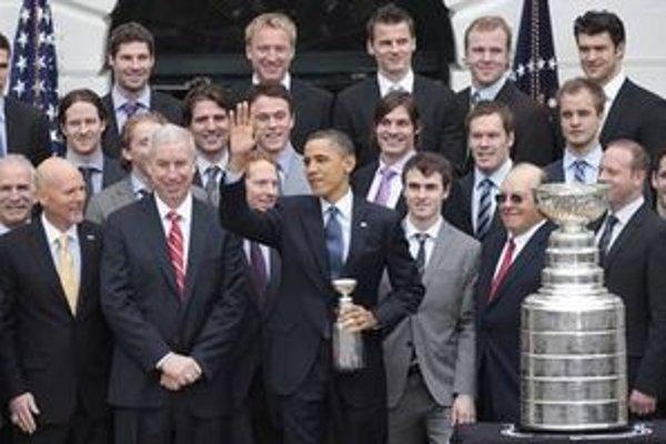 Chicago ako úradujúceho víťaza Stanleyho pohára v pondelok privítal v Bielom dome prezident USA Barack Obama. Marián Hossa s Tomášom Kopeckým sú v hornom rade.