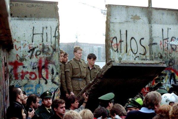 Berlínsky múr padol 9. novembra 1989.