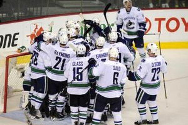 Hokejisti Vancouvru oslavujú postup do finále konferencie.