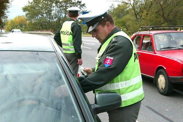 Policajti rozdávali pokuty.