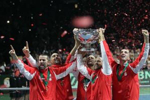 Davisov pohár zdvihli nad hlavu - zľava: kapitán Bogdan Obradovič, Nenad Zimonjič, Novak Djokovič, Janko Tipsarevič, Viktor Troicki. Po finále boli dohola ostrihaní - všetci ako jeden.