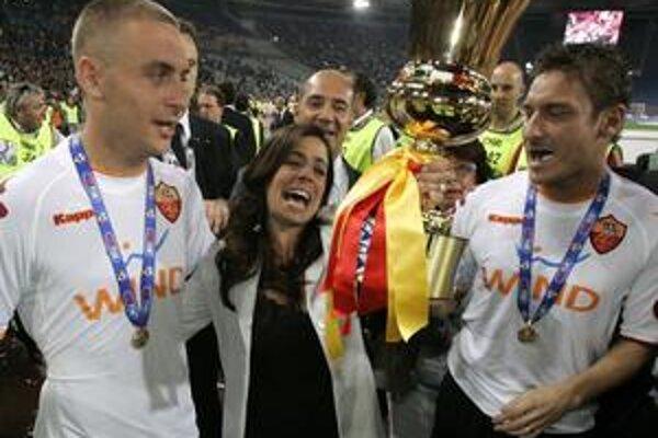 Rosella Sensiová spolu s Francescom Tottim (vpravo) a Danielem De Rossim.