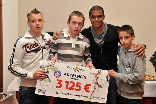 Odovzdávania šekov sa zúčastnil aj Ramón.