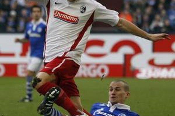 Slovák Erik Jendrišek (vľavo) a hráč Schalke 04 Peer Kluge (vpravo) bojujú o loptu počas zápasu 22. kola nemeckej bundesligy v Gelsenkirchene.