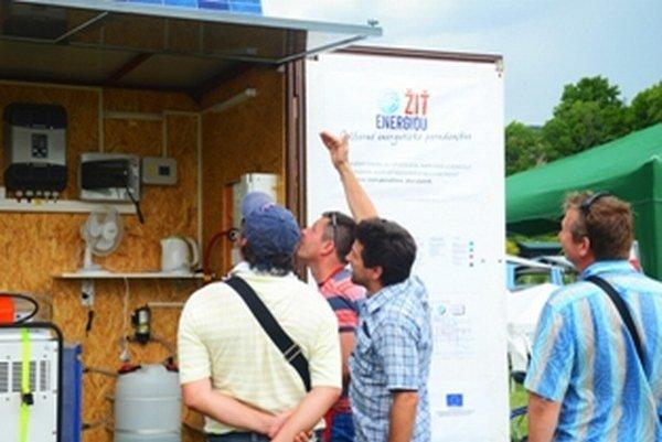 """Energetickí experti SIEA so sebou vozia po Slovensku """"zelený"""" domček, v ktorom môžete online sledovať, koľko elektriny sa vyrobia tri druhy fotovoltických panelov a veterná turbína."""