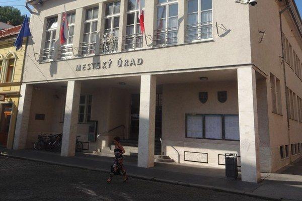 Mesto Trenčín podalo trestné oznámenie na neznámeho páchateľa.