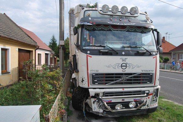 Havarovaný kamión zanechal za sebou spúšť.