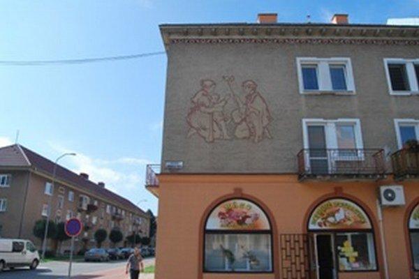 Sgrafito na stene domu na Ulici obrancov mieru vytvoril Juraj Krén