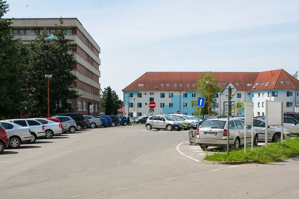 Parkovisko pri nemocnici býva často preplnené.