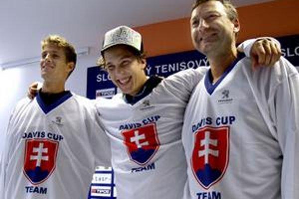 Tenisti Martin Kližan (zľava), Lukáš Lacko a kapitán Miloslav Mečíř.