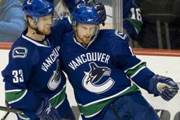 Henrik Sedin (vľavo) patrí s bratom Danielom k hviezdam posledných rokov NHL. Vlani žiaril najmä Henrik, ktorý vyhral kanadské bodovanie profiligy a k nemu pridal aj Hartovu trofej.