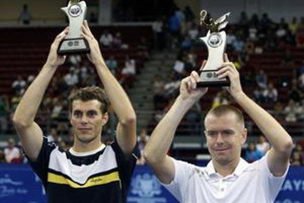 Michal Mertiňák (vpravo) s Františkom Čermákom s trofejami za prvenstvo na turnaji v Kuala Lumpure.