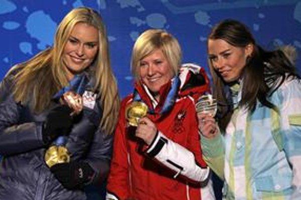 Andrea Fischbacherová (uprostred), Tina Mazeová (vpravo) a Lindsey Vonnová.