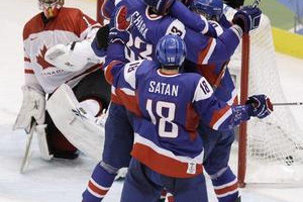 Naši hokejisti sa tešia z druhého gólu proti Kanade.