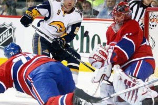 Brankár Jaroslav Hakák (vpravo) patrí medzi ústredné postavy Montrealu. Do play off sa okrem Canadiens prebojovali aj hokejisti Buffala.