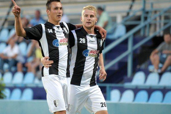 Peter Sládek (vpravo) sa môže tešiť z gólov Myjavy aj naďalej.