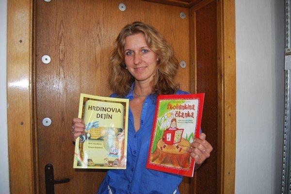 Denysa Križanová s dvojicou očarujúcich knižiek.