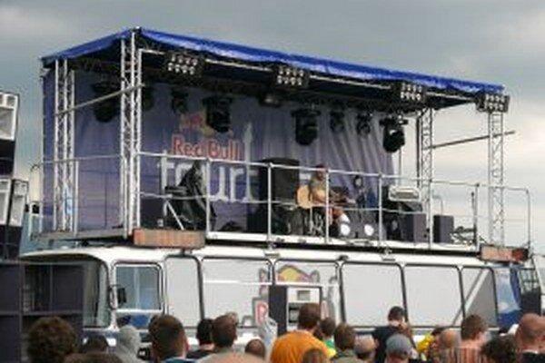 Pódium na streche autobusu zaujalo mnoho ľudí.