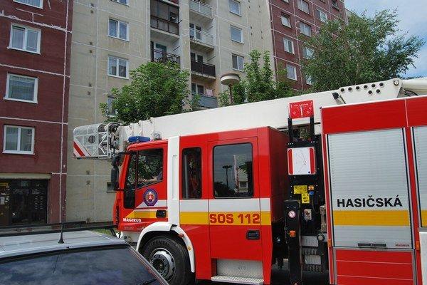 Mama detí musela privolať hasičov.
