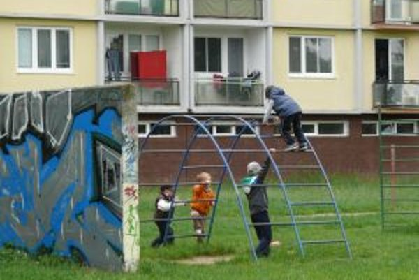 Detské ihrisko opravujú rodičia.