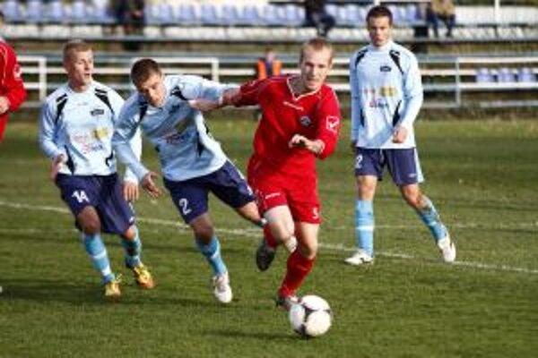 Nemšová aj Nové Mesto nad Váhom veľa z futbalového umenia na jeseň neukázali.