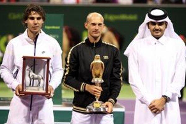 Víťaz turnaja Nikolaj Davydenko (uprostred) a zdolaný finalista Rafael Nadal (vľavo).