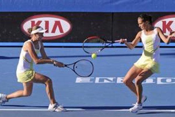 Jana Čepelová so Chantal Škamlovou počas finálového zápasu na Australian Open.