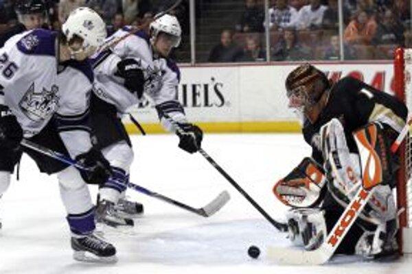 Brankár Anaheimu Ducks Jonas Hiller zastavuje pokus slovenského útočníka Los Angeles Michala Handzuša (č. 26).