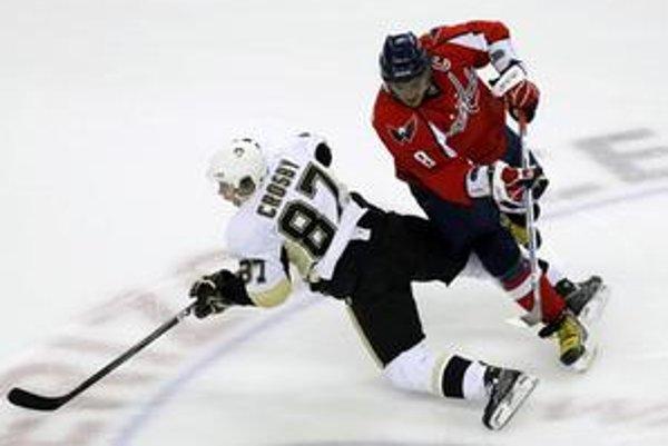 """Alex Ovečkin predčil Sidneyho Crosbyho aj vo vzájomnom zápase, keď zaznamenal tri góly a asistenciu, zatiaľ čo jeho kanadský rival strelil """"len"""" dva góly."""