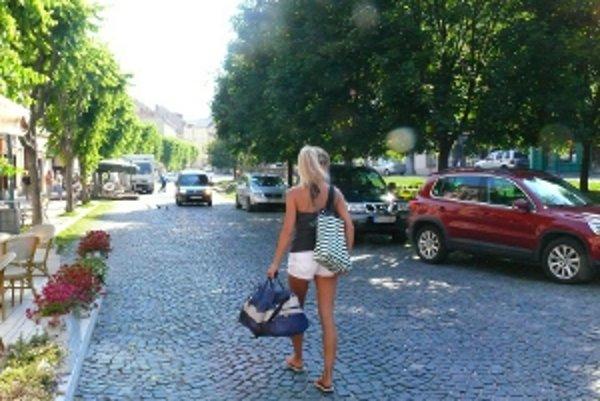 Vjazd na námestie do pešej zóny môžu autá s oprávnením do 11. h.