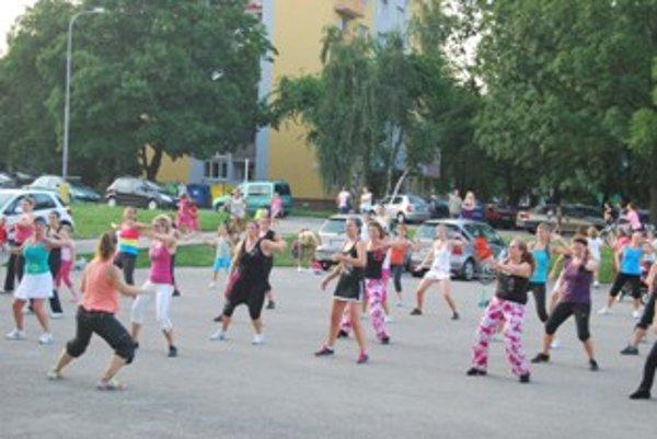 Zumbu cvičí na parkovisku dvakrát do týždňa množstvo žien