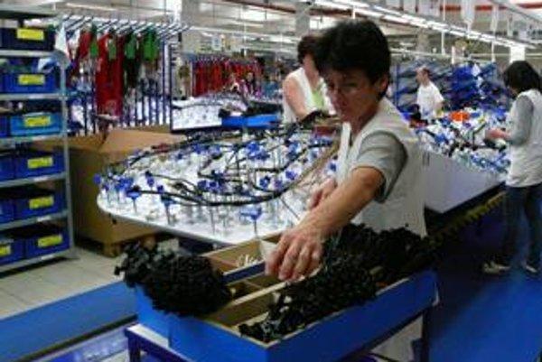 Pracovníci vyrábajú vo vynovených priestoroch.