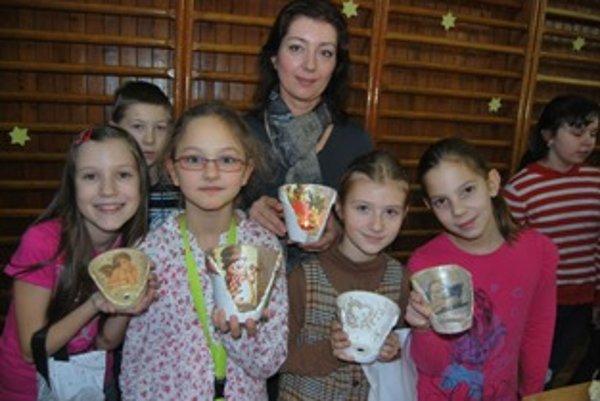 Školáci vytvorili originálne svietniky z rozbitých kvetináčov