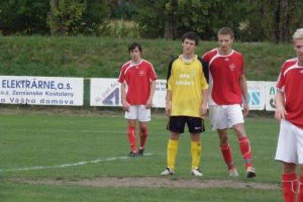 Trenčianske Stankovce (v červeno-bielom)v Novákoch prehrali 0:2.