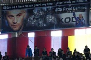 Transparent fanúšikov zavesený pod stropom zimného štadióna