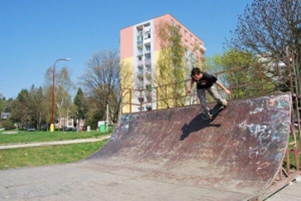 Pôvodne bol skateboardový parkna sídlisku, ľudia sa sťažovali na hluk.
