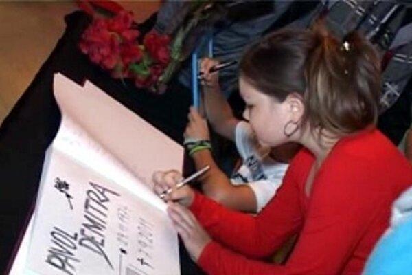 Žiaci a zamestnanci základnej školy na sídlisku Centrum v Dubnici nad Váhom od rána 8. septembra vo vestibule podpisovali do kondolenčnej knihy.