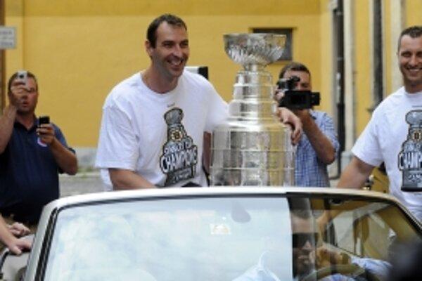 Kapitána Bostonu Bruins Zdeno Chára prináša Stanleyho pohár do centra svojho rodného mesta