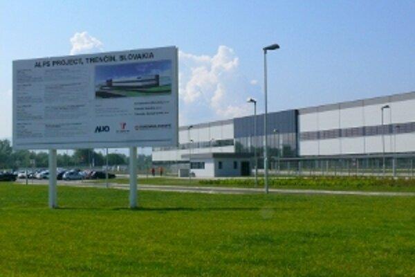 Závod otvorili koncom júna, má priniesť 1300 pracovných miest.