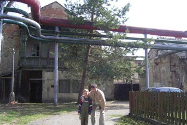 Ľuboš Tupý so synom Erikom pod oknami kancelárie, v ktorej pracoval Oskar Schindler.
