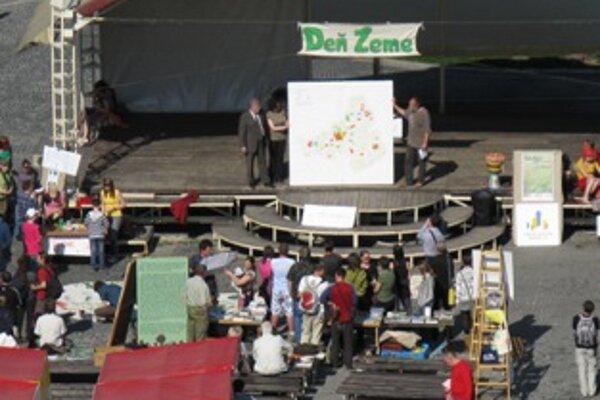 Symbolickú mapu odovzdali pri príležitosti Dňa Zeme na Mierovom námestí v Trenčíne.