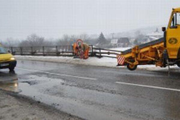 Cesty ničia okrem nepriaznivého počasia aj prejazdy ťažkej techniky, ktorá sa presunula z diaľnic a ciest I. triedy.